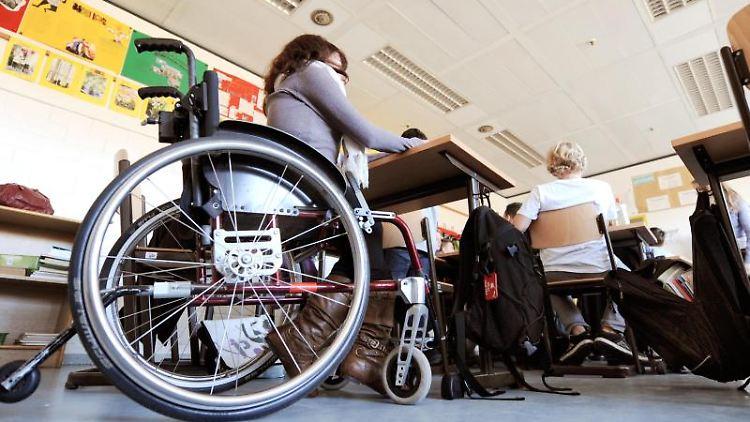 Eine behinderte Schülerin sitzt in ihrem Rollstuhl im Klassenraum einer Schule. Foto: Holger Hollemann/dpa/Archiv