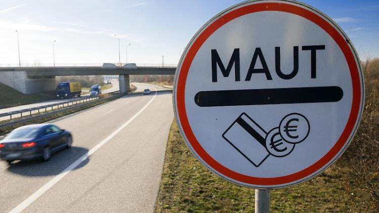 Verkehrsschild weist Autofahrer auf Mautpflicht hin. Foto: Jens Büttner/Archivbild
