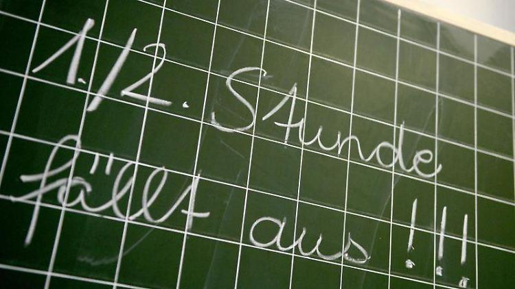 Auf einer Tafel steht der Schriftzug