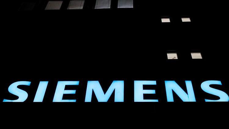 The Siemens-Logo an einem Gasturbinen-Werk in Berlin. Foto:Ralf Hirschberger/Archivbild