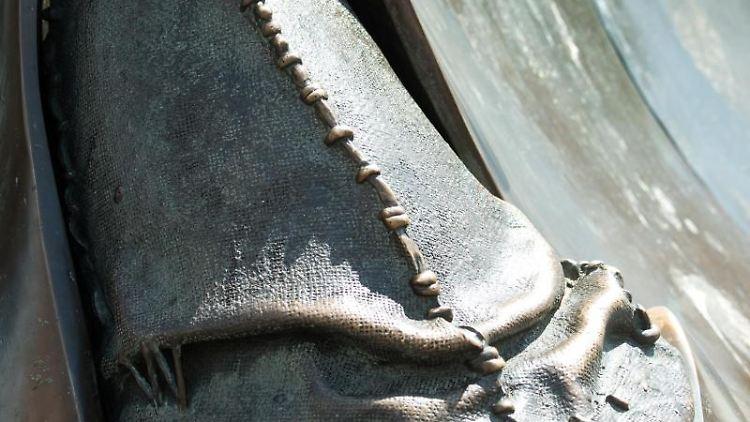 Am Fuß der Heunensäule zeigt der Bronzesockel die Darstellung einer Jakobinermütze, aus der eine Narrenkappe entspringt. Foto: Andreas Arnold