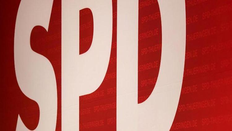 Delegierte werfen beim außerordentlichen Landesparteitag der SPD Thüringen Schatten unter das Logo der Partei. Foto: arifoto UG/Archivbild