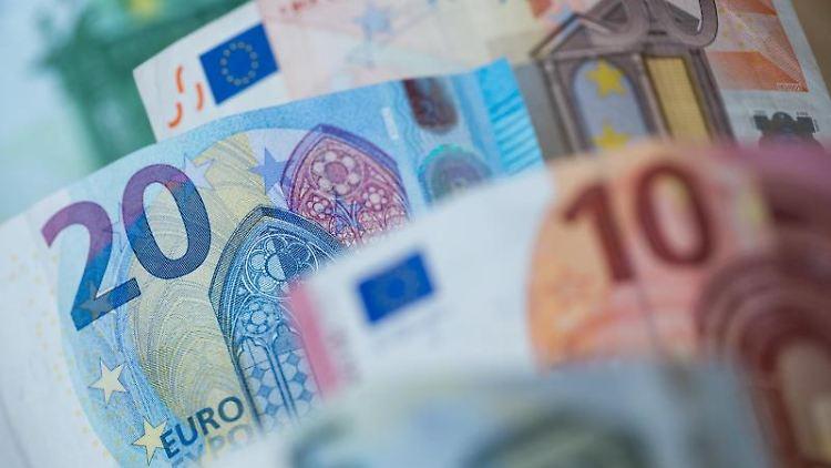 Verschiedene Euro-Scheine liegen auf einem Tisch. Foto: Daniel Karmann/Archivbild