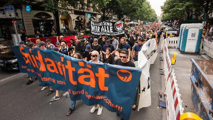 Die Demonstrationsteilnehmer marschieren mit Plakaten mit der Aufschrift