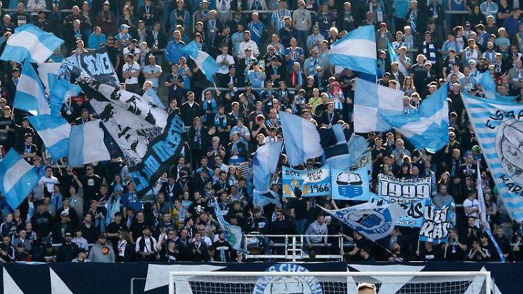 Fans sitzen in der Südkurve im Stadion an der Gellertstrasse. Foto: Harry Haertel/Archivbild