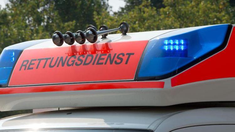 Blaulicht an einem Fahrzeug des Rettungsdienstes. Foto: Soeren Stache/Archivbild