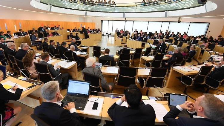 Abgeordnete während einer Plenarsitzung im Hessischen Landtag. Foto: Arne Dedert/Archivbild