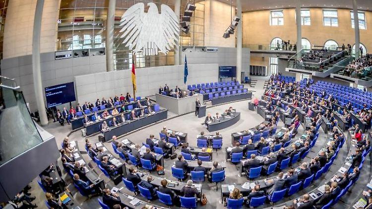 Die Übersicht zeigt den Plenarsaal während einer Sitzung des Deutschen Bundestages. Foto: Michael Kappeler/Archiv