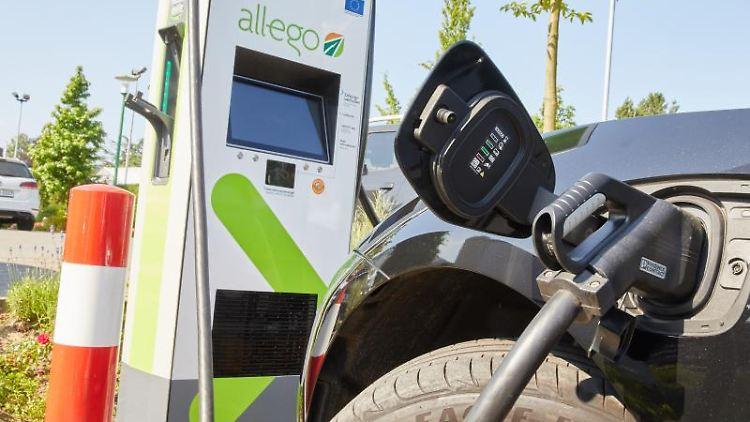 Ein Jaguar I-Pace steht während eines Pressetermins an einer Ultra-Schnellladesäule mit bis zu 350 kW Ladeleistung. Foto: Georg Wendt