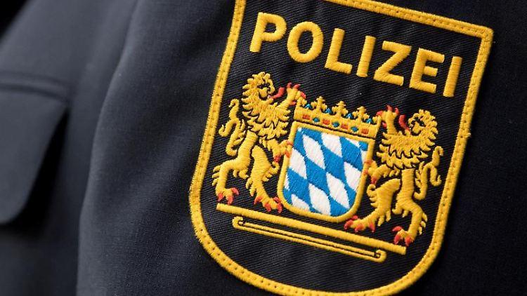Das Wappen der bayerischen Polizei an einer Uniform. Foto: Sven Hoppe/Archivbild