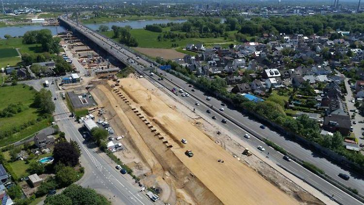 Die kölner Seite der Baustelle der neuen Brücke der Autobahn A1 über den Rhein. Foto: Henning Kaiser/Archiv