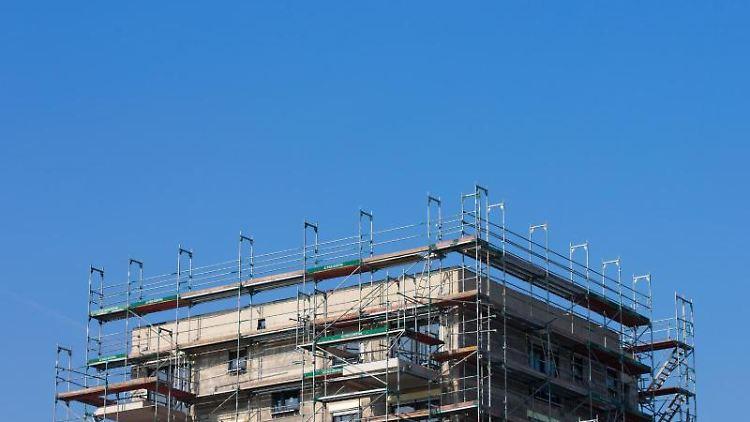 Ein Baugerüst an einem Neubau ist zu sehen. Foto: Rolf Vennenbernd/Archiv