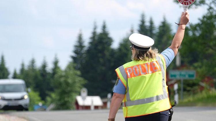 Eine Polizistin winkt ein Auto aus dem Verkehr. Foto: Sebastian Willnow