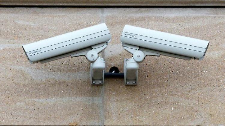 Zwei Videokameras. Foto: Ralf Hirschberger/Archivbild
