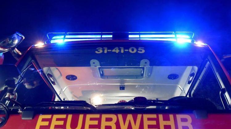 Ein Löschfahrzeug der Feuerwehr im Einsatz. Foto: Carsten Rehder/Archivbild