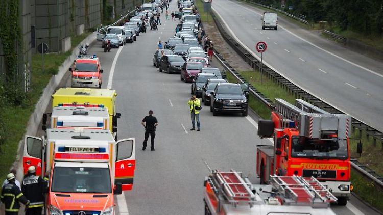 Rettungsfahrzeuge stehen in Hamburg nach einem Unfall auf der Autobahn 24. Foto: Daniel Reinhardt/Archivbild