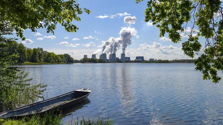 Wasserdampf steigt aus dem Braunkohlekraftwerk Jänschwalde der Lausitz Energie Bergbau AG (LEAG). Foto: Patrick Pleul/Archivbild