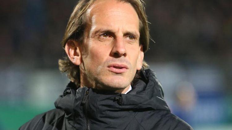 Rüdiger Rehm, Trainer von SV Wehen Wiesbaden, kommt auf den Platz. Foto: Thomas Frey/Archivbild