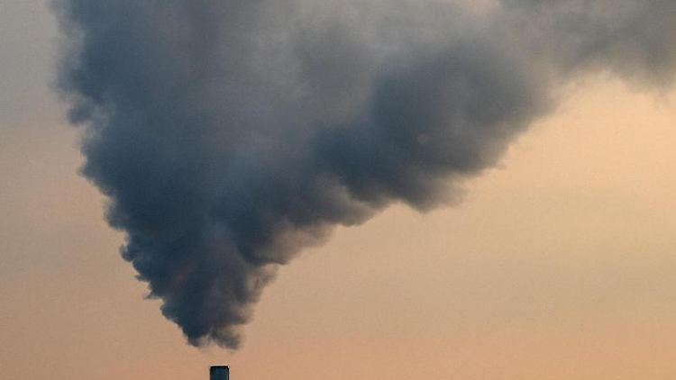 Rauch steigt aus einem Kraftwerk auf. Foto: Sebastian Gollnow/Archivbild
