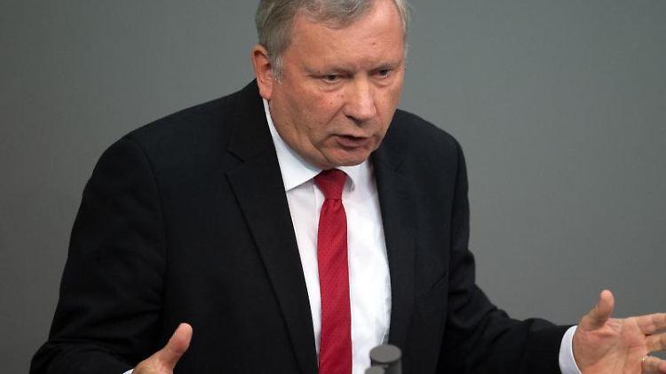 Norbert Brackmann (CDU), Abgeordneter und maritimer Koordinator der Bundesregierung, gestikuliert. Foto: Ralf Hirschberger/Archiv