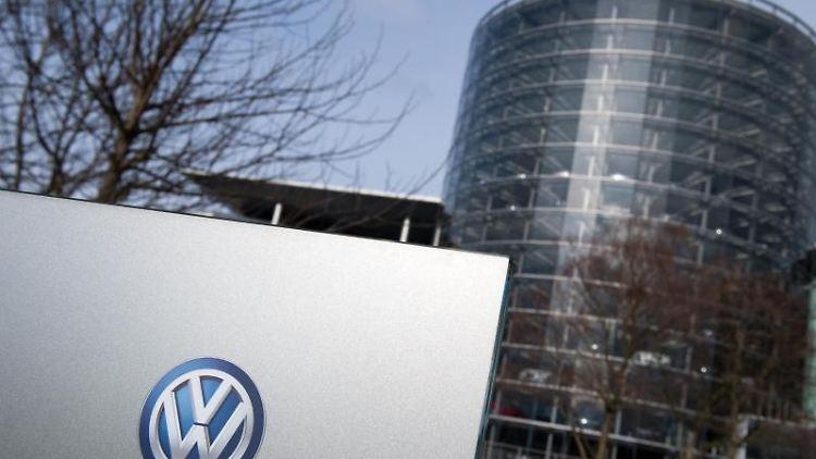Ein Volkswagen (VW) Logo ist an einem Schild der Volkswagen Gläserne Manufaktur zu sehen. Foto: Arno Burgi/Archivbild