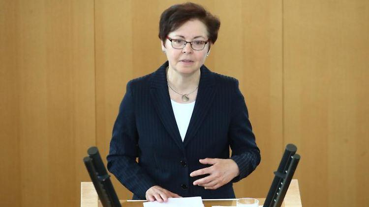 Heike Taubert (SPD), Thüringens Finanzministerin, spricht bei einer Sitzung des Thüringer Landtages. Foto: Bodo Schackow/Archivbild