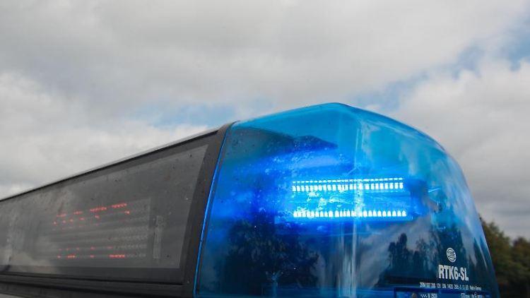 Auf dem Dach eines Polizeiautos leuchtet einBlaulicht. Foto: Armin Weigel/Archivbild