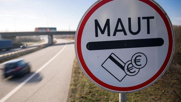 Finanzminister will Geld aus Lkw-Maut für Bahn- und Schiffsverkehr. Foto: Jens Büttner