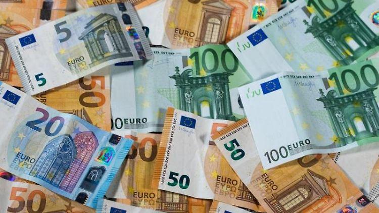 Verschiedene Geldscheine liegen auf einem Tisch. Foto: Jens Büttner/Archivbild