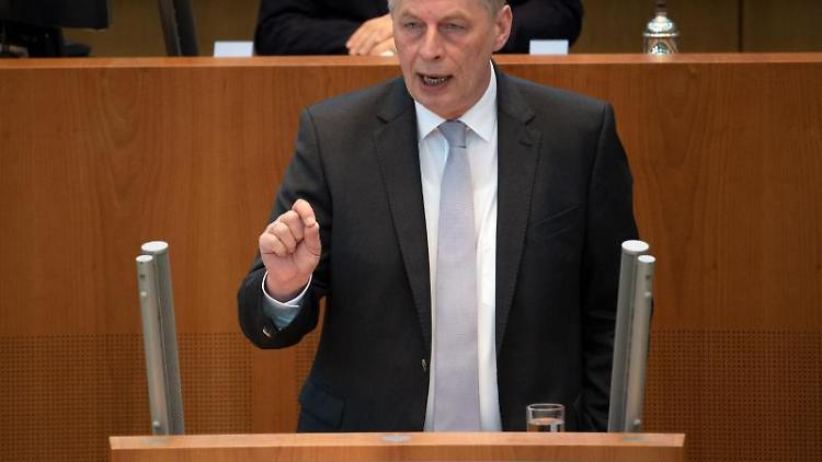 Bodo Löttgen, CDU-Fraktionsvorsitzender, spricht im Landtag während der Debatte. Foto: Federico Gambarini/Archiv