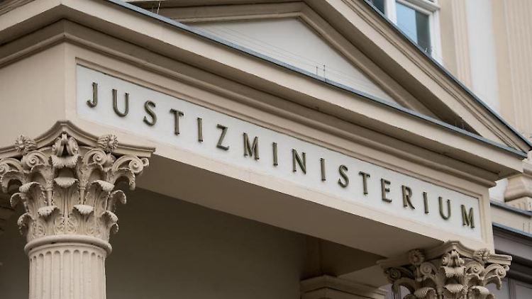 Der Eingang des Justizministeriums. Foto: Marius Becker/Archiv