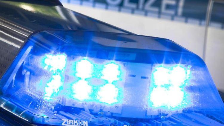Unbekannte verteilen Nadeln in Straßenbahnsitz. Polizei sucht die Täter. Foto: Friso Gentsch/Archivbild