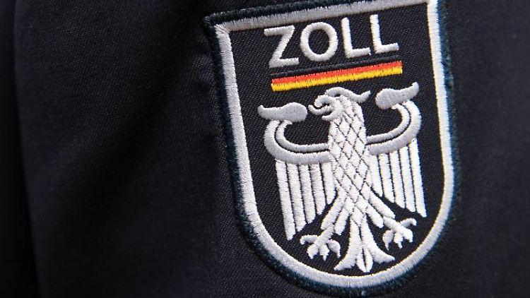 Das Logo der deutschen Zollbehörde während einer Pressekonferenz des Hauptzollamtes Frankfurt (Oder) an einer Uniform. Foto: Ralf Hirschberger/Archiv