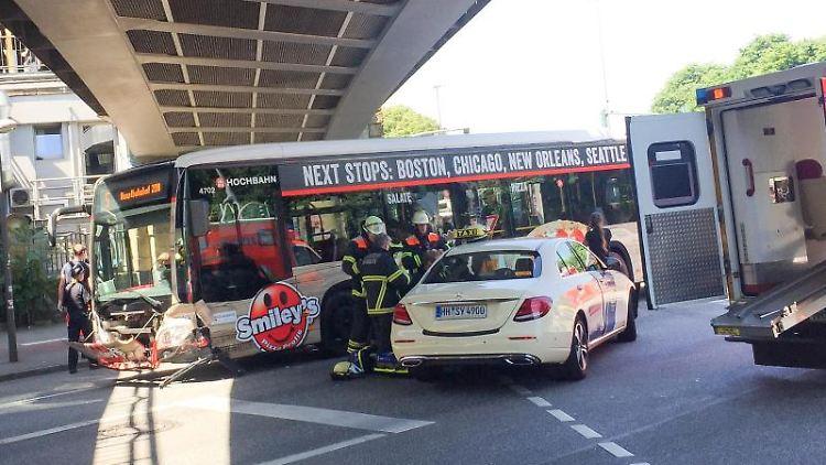 Rettungskräfte arbeiten an einer Unfallstelle, nachdem ein Taxi und zwei HVV-Busse am Bahnhof Dammtor kollidiert sind. Foto: Carola Große-Wilde