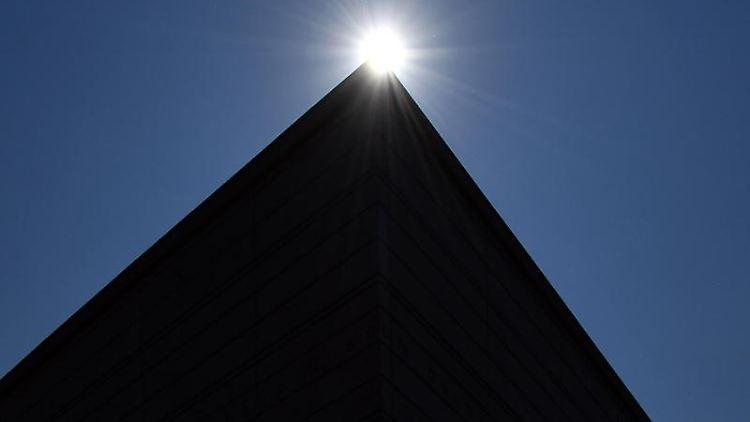 Sonne über dem Dach des Neubaus des Bauhaus-Museums in Weimar. Foto: Martin Schutt/Archivbild
