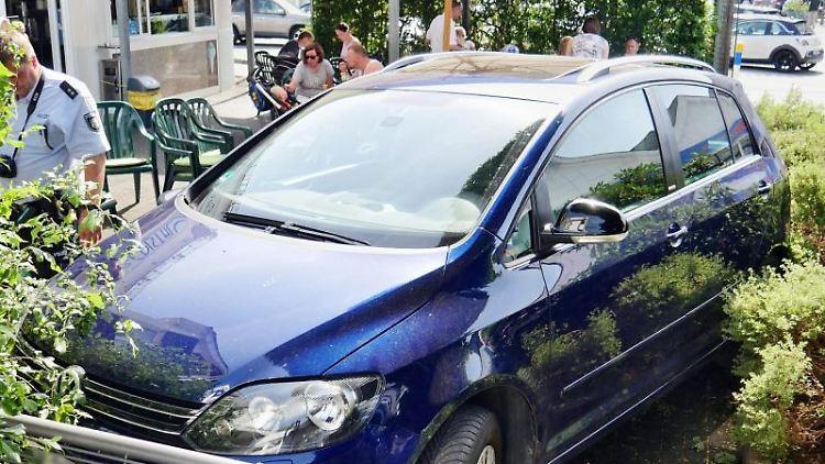 Missglückter Einparkversuch: zwei Eiscafé-Besucher verletzt. Foto: Kay-Helge Hercher