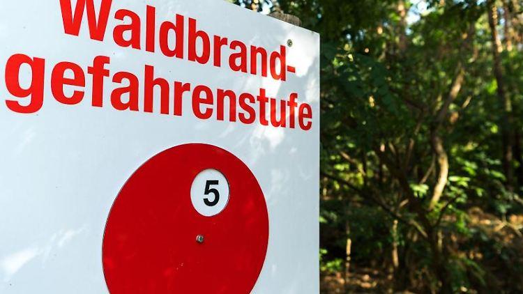 Ein Schild weist nach langer Trockenheit die Waldbrandgefahrenstufe 5 aus. Foto: Monika Skolimowska/Archivbild