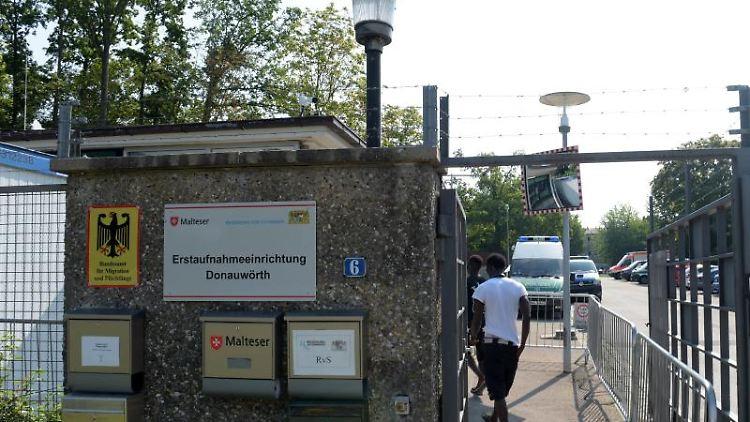 Ein Mann betritt das Ankerzentrum in Donauwörth. Foto: Stefan Puchner/Archivbild