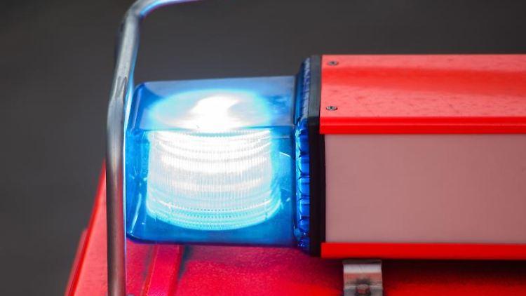 Ein Löschfahrzeug der Feuerwehr steht nach einer Übung mit eingeschaltetem Blaulicht an der Feuerwache. Foto: Daniel Bockwoldt/Archivbild