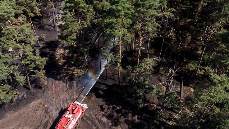 Ein Löschpanzer bekämpft in einem Wald mit Munitionsresten einen Brand (Luftaufnahme mit einer Drohne). Foto: Daniel Bockwoldt/Archivbild