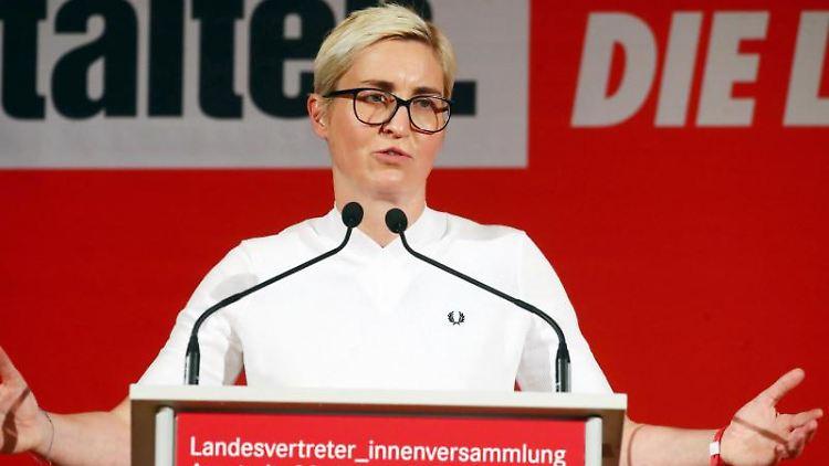 Susanne Hennig-Wellsow, Landesvorsitzende Die Linke Thüringen, spricht auf dem Podium. Foto. Bodo Schackow/Archivbild Foto: Bodo Schackow