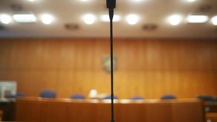Am Platz eines Zeugentisches steht ein Mikrofon. Foto: Fredrik von Erichsen/Archivbild