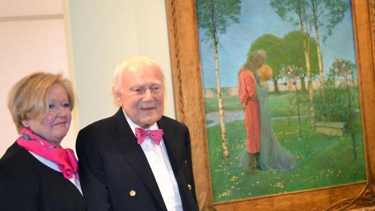 Ferdinand Wolfgang Neess und seine Frau Danielle vor Heinrich Vogelers Gemälde