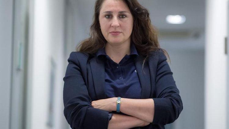 Seda Basay-Yildiz, Rechtsanwältin, steht in ihrem Büro. Foto:Boris Roessler/Archivbild
