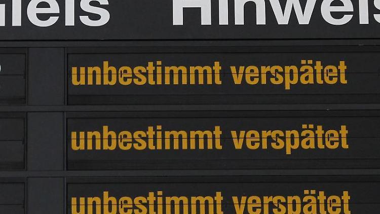 Hinweise für Bahnreisende werden im Hauptbahnhof angezeigt. Foto: Jens Wolf/Archivbild