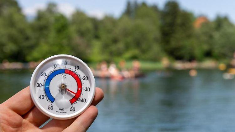 Ein Thermometer zeigt Temperaturen von 38 Grad an. Foto:Jakob Gruber/Archivbild