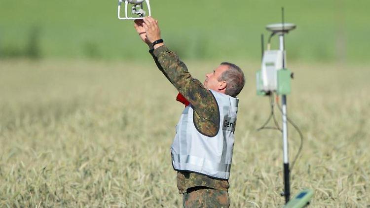 Ein Mitarbeiter der Flugsicherheit der Bundeswehr fängt eine Drohne. Foto:Christophe Gateau