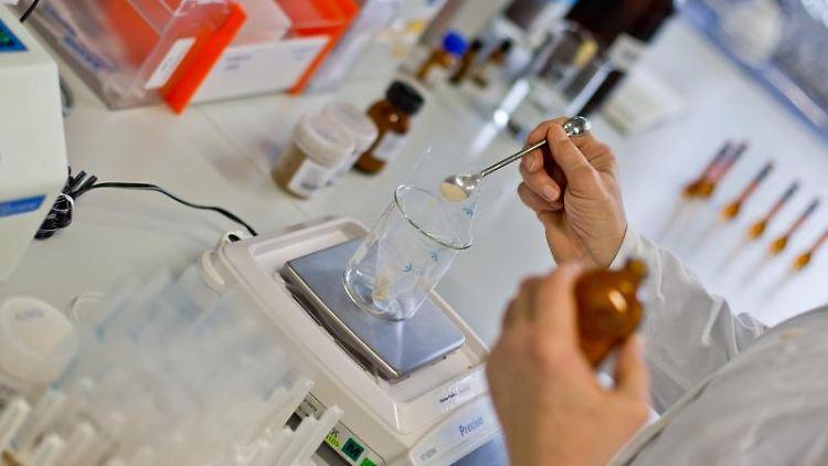 Proben werden in einem Labor untersucht. Foto: Daniel Karmann/Archivbild