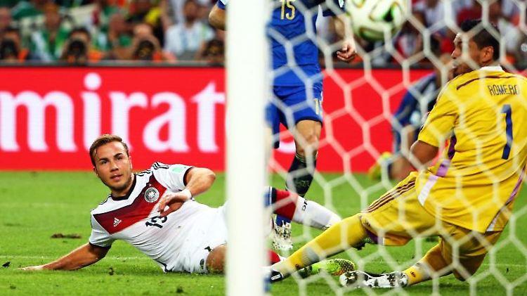 Mario Götze (l) schießt das 1:0 gegen Argentiniens Torhüter Romero (r) während des Finalspiels 2014. Foto: Diego Azubel/epa/Archiv