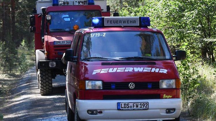 Ein Löschfahrzeug beim Großbrand in der Lieberoser Heide auf dem Weg zur Wassertankstelle. Foto: Bernd Settnik/Archiv